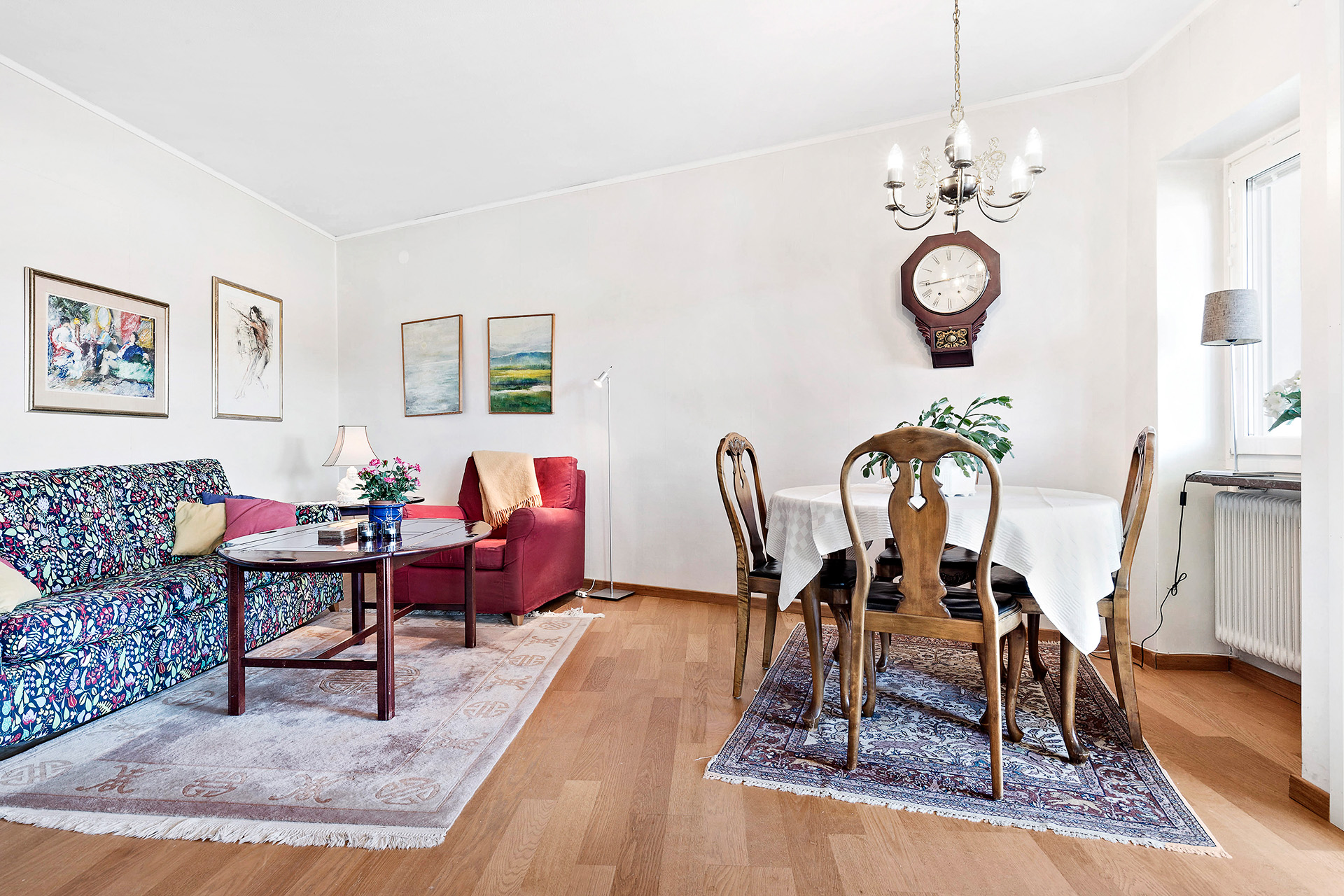 Vardagsrum med plats för matbord