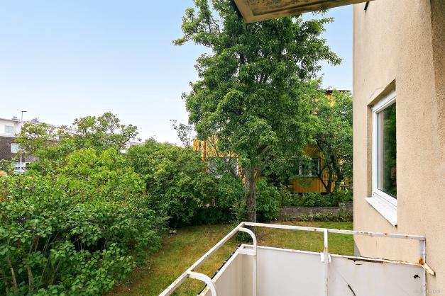 Balkong med utgång ifrån vardagsrummet.
