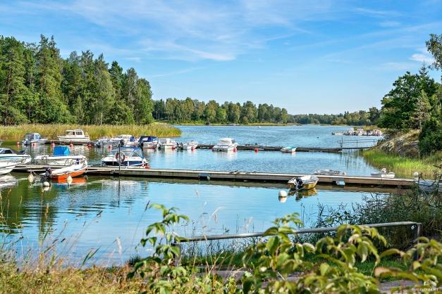 Vackra Håtöviken med båtplats