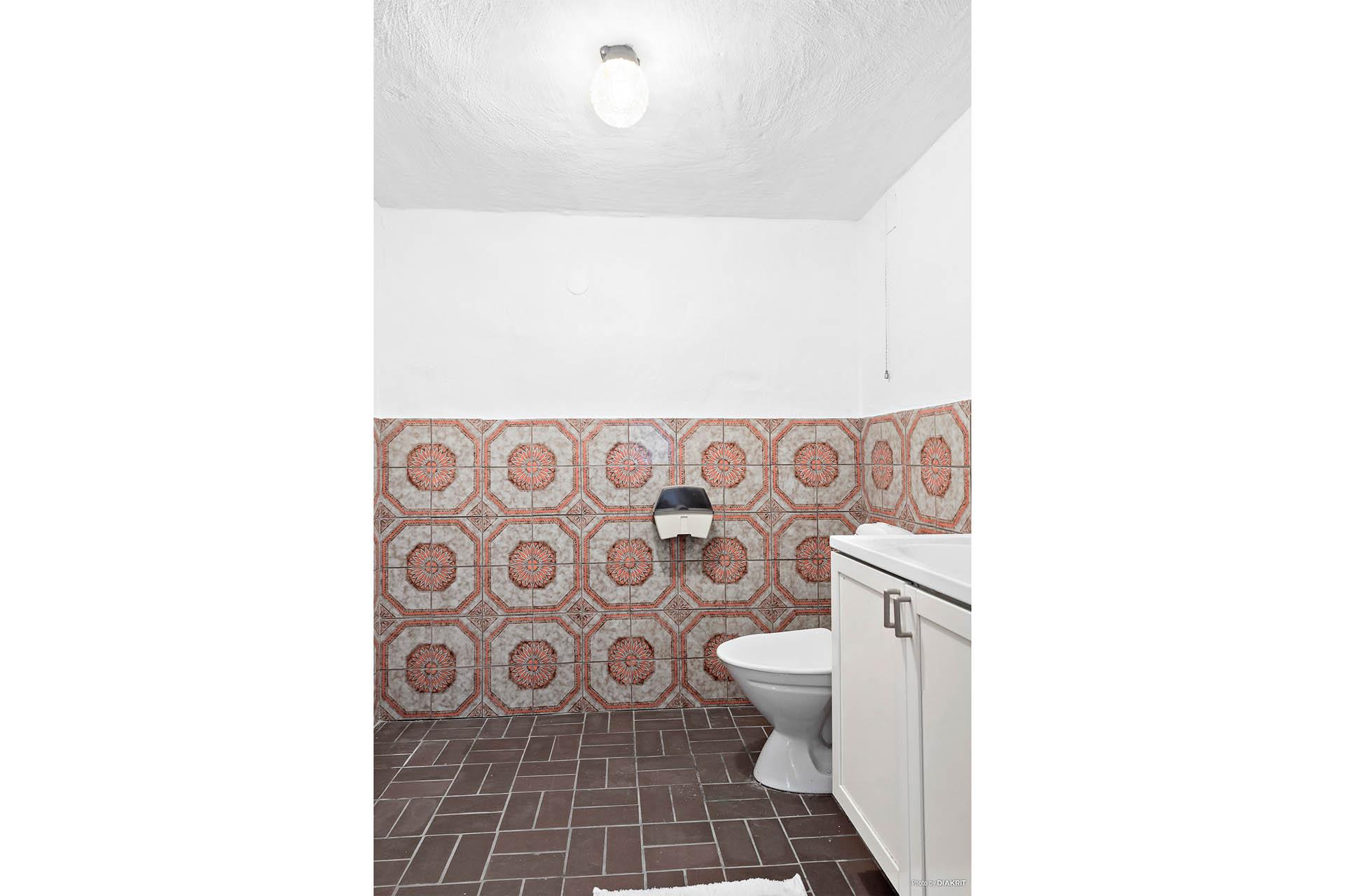 Toalett i källarvåning.