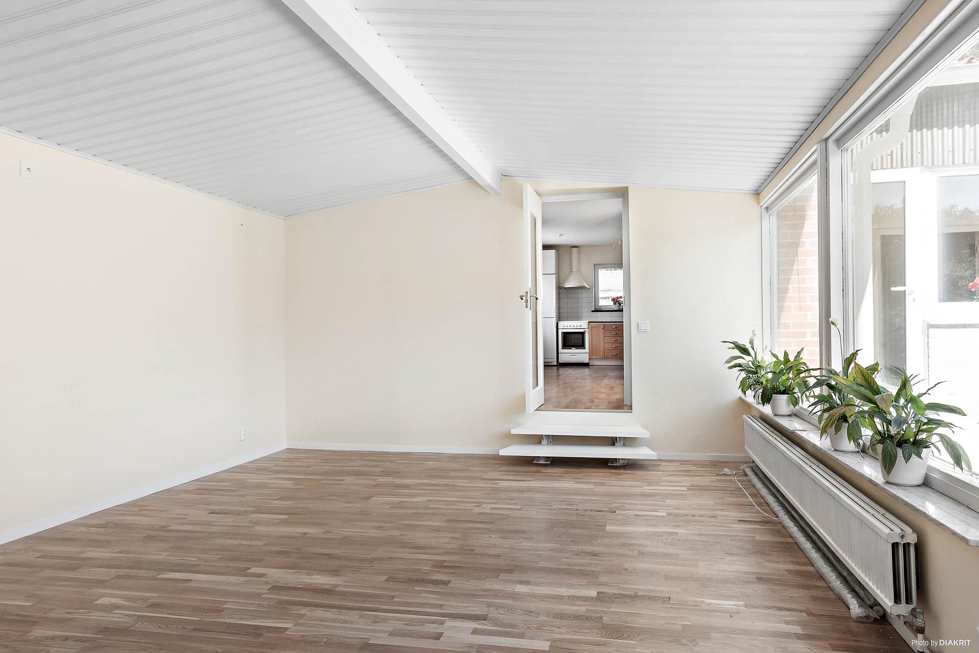 I anslutning till kök, matplats och vardagsrum ligger ytterligare ett allrum, även detta med vackert ljusinsläpp från flertalet fönster.
