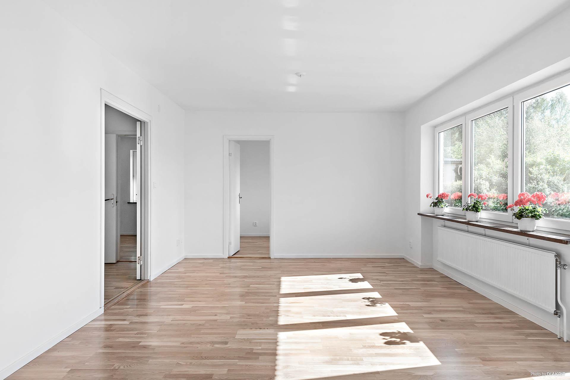 Vardagsrum i öppen anslutning till kök och matplats.