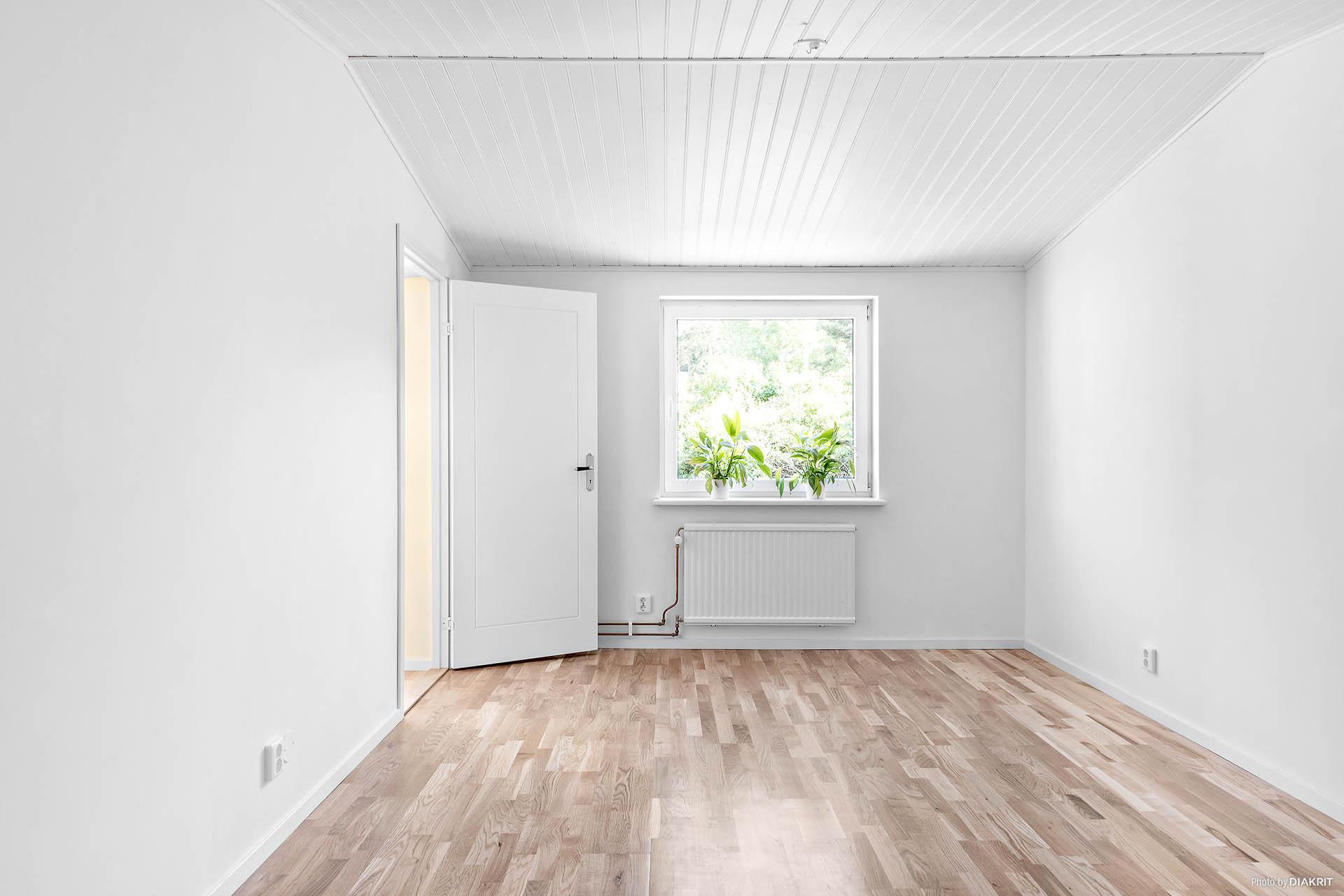 Och i anslutning till det första vardagsrummet hittas ett generöst sovrum med ett eget badrum!
