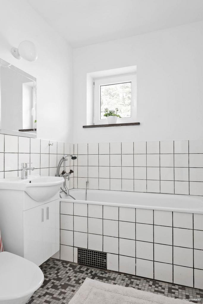 På entréplan har man bevarat det retrosnygga badrummet.