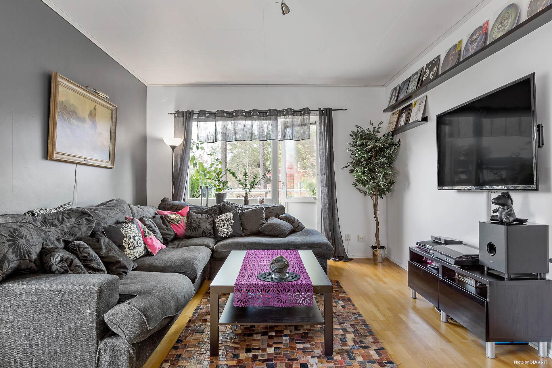 Vardagsrum med burspråk och balkong
