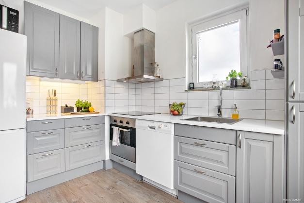 Modernt kök med fint ljusinsläpp.