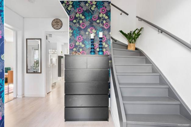 Entré mot ovanvåning, kök och vardagsrum