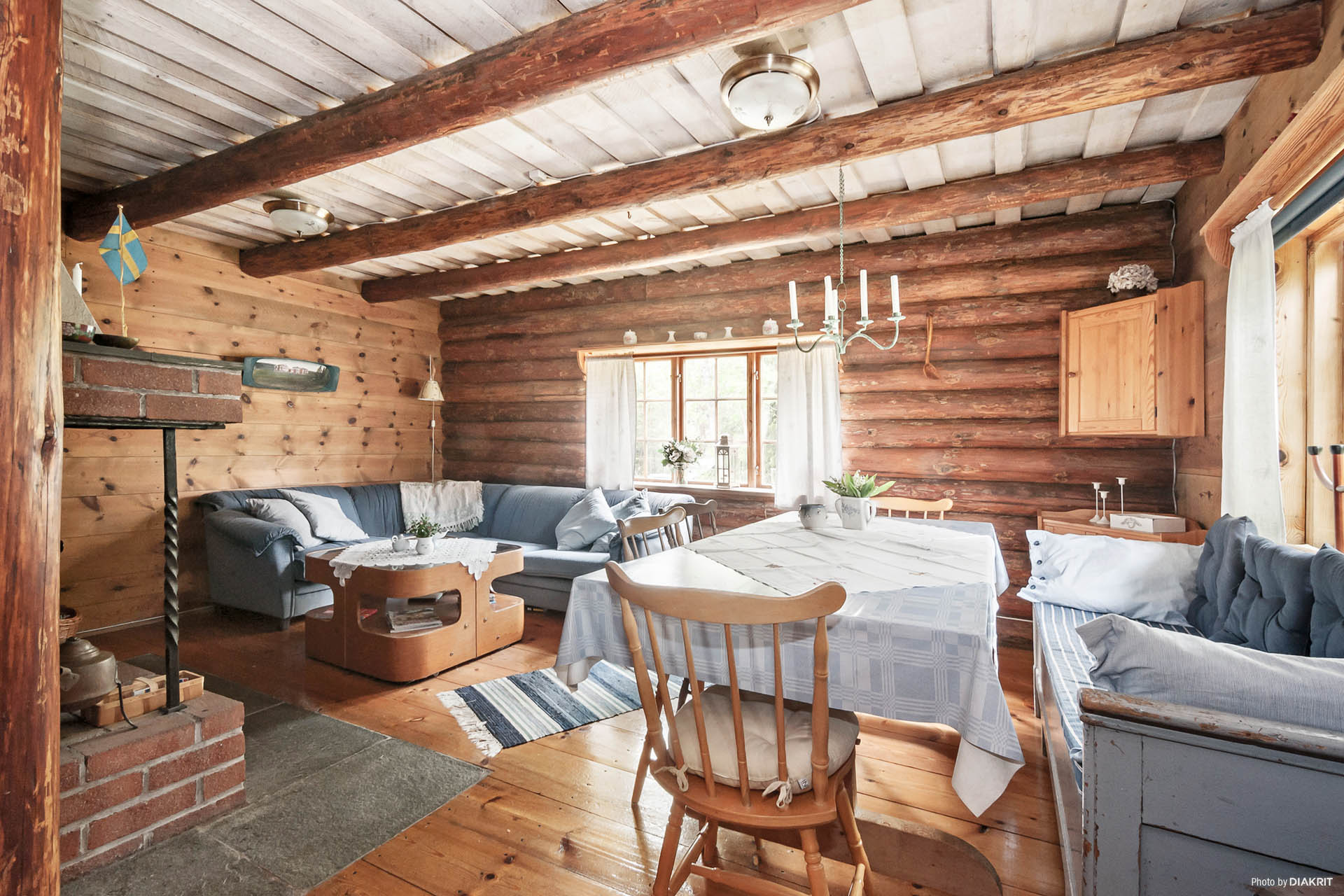 Rymligt vardagsrum med öppen spis