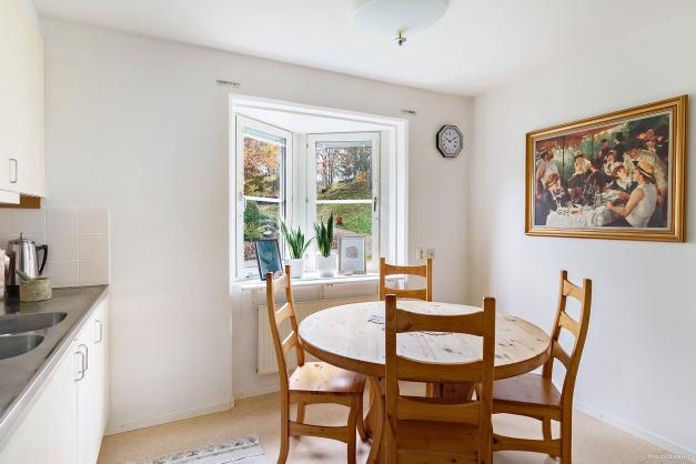 Matplats invid fönstret