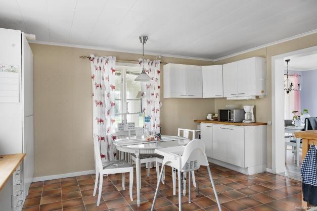 Köket med vardagsrum och altan intill.