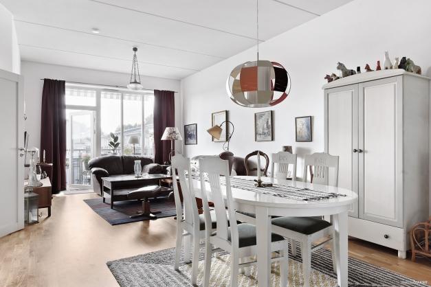 Ljust vardagsrum med anslutning till bostadens alla rum samt till den fantastiska balkongen i bästa solläge