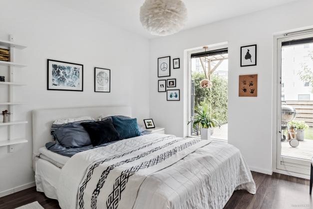 Även från sovrummet kan du tassa ut på den nylagda trätrallen.