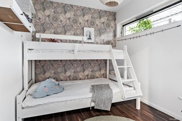 Sovrum med högt liggande fönster.