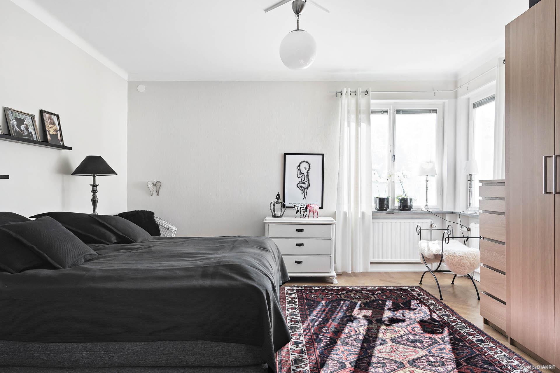 Master bedroom. Precis som övriga rum är detta ett rum med mycket ljusinsläpp och härlig rymd. Vackert stavparkettgolv och fin stuckatur.