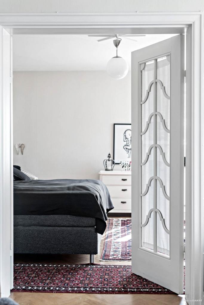 Ovanliga och mycket vackra dubbeldörrar till ett av tre rum i fil. Hög detaljrikedom och gedigna material.