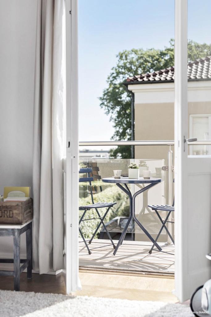 Utgång till balkong från sovrummet. Vackert med dubbeldörrar. Snyggt balkongräcke i glas och aluminium. Balkongerna är helt nygjorda.
