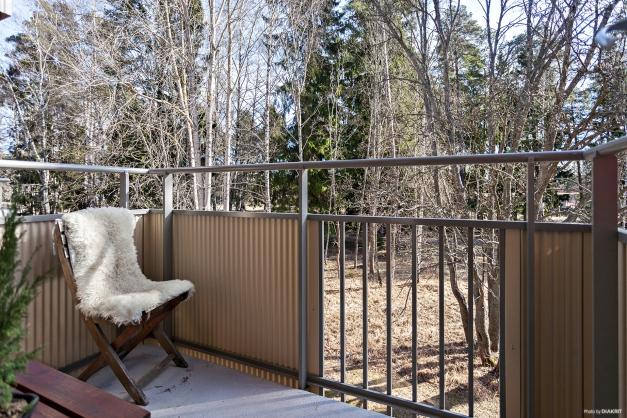 Härlig balkong med utsikt mot grönområde
