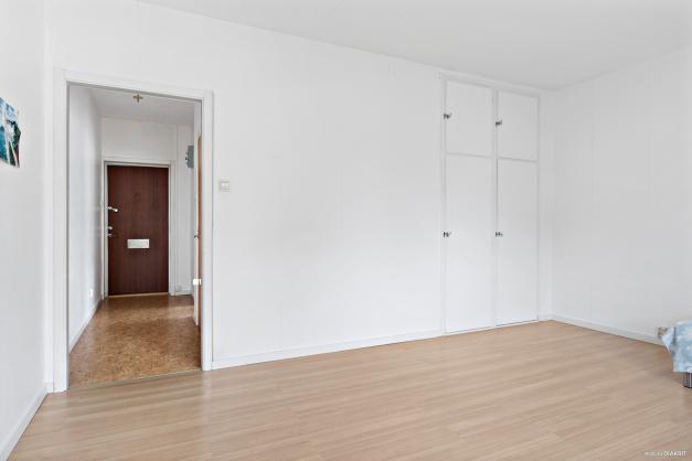 Vardagsrum med två garderober.