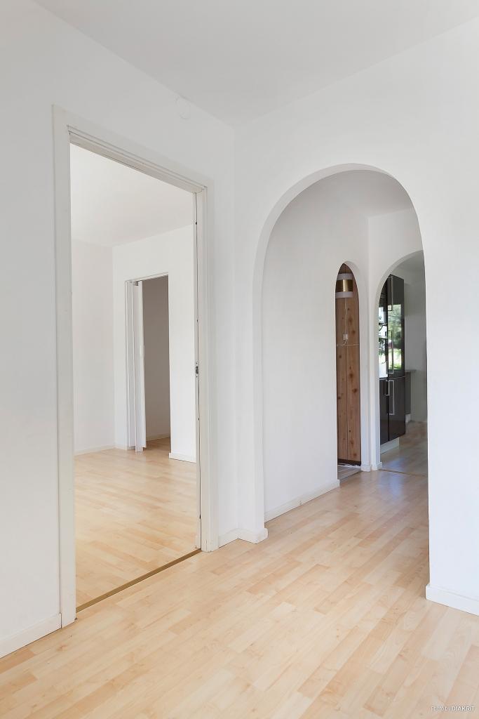 Hall i anslutning till sovrum och genomgång till kök