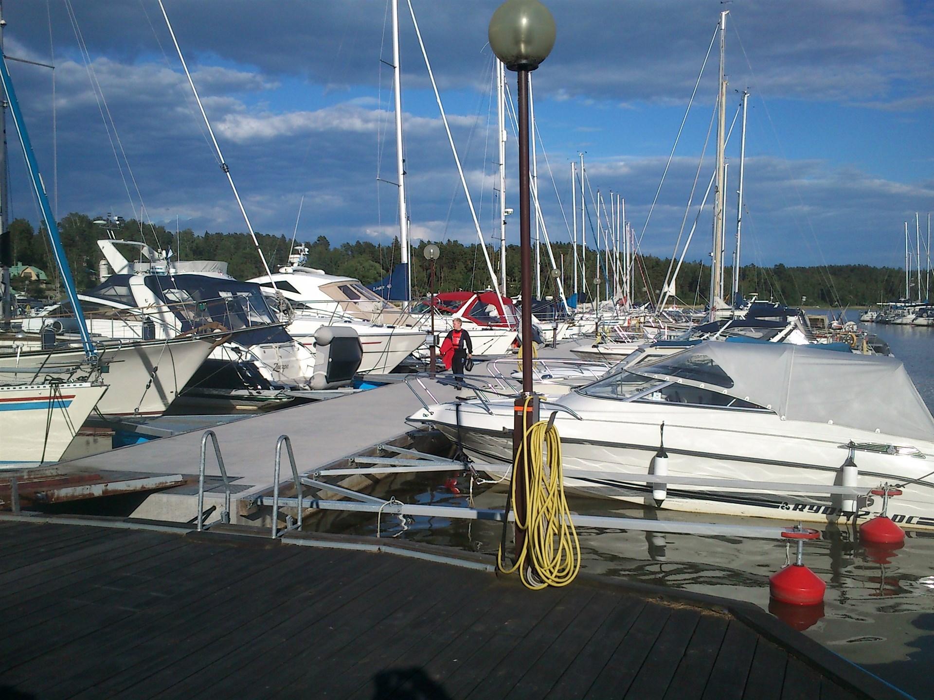 Flertalet båtklubbar i närområdet. Här bild från Klubbholmen.