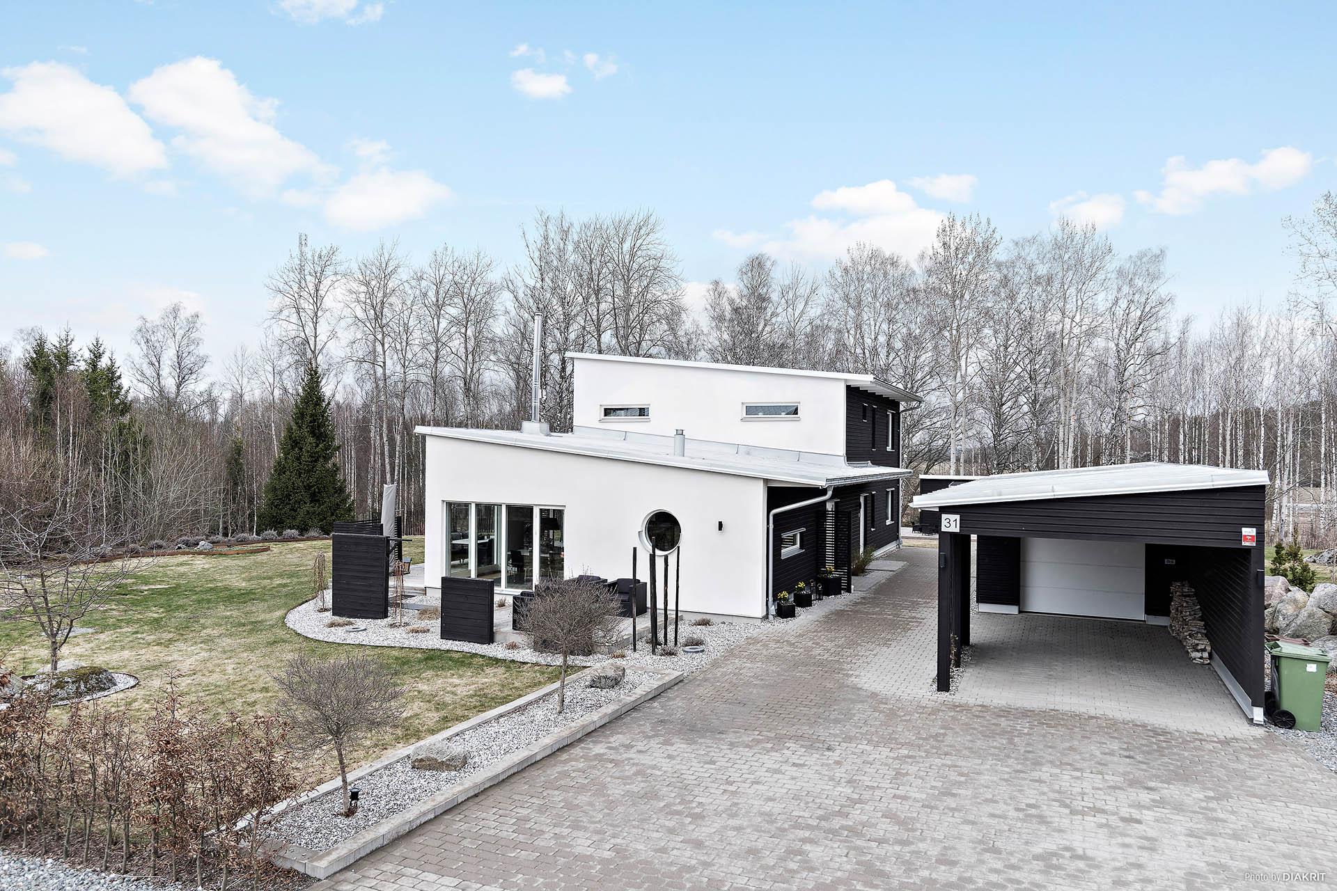 Stilren, elegant 2-plansvilla belägen på Bredsandsterrassen med gångavstånd till Mälaren