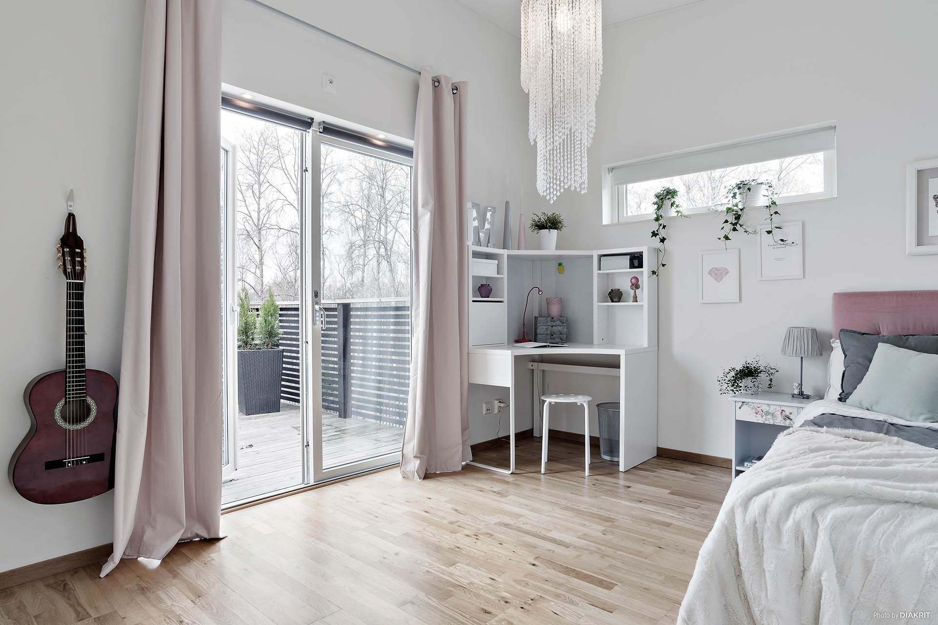 Stort sovrum med utgång till balkong