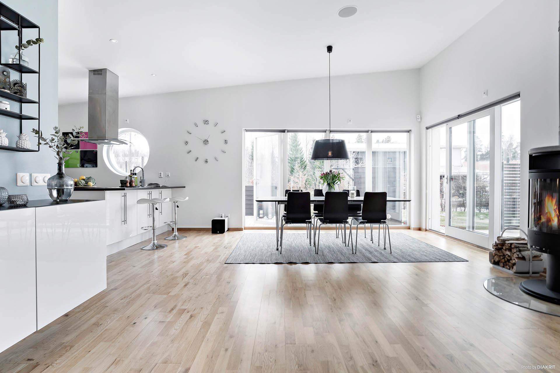 Kök, vardagsrum och matplats i öppen planlösning. Högt i tak!