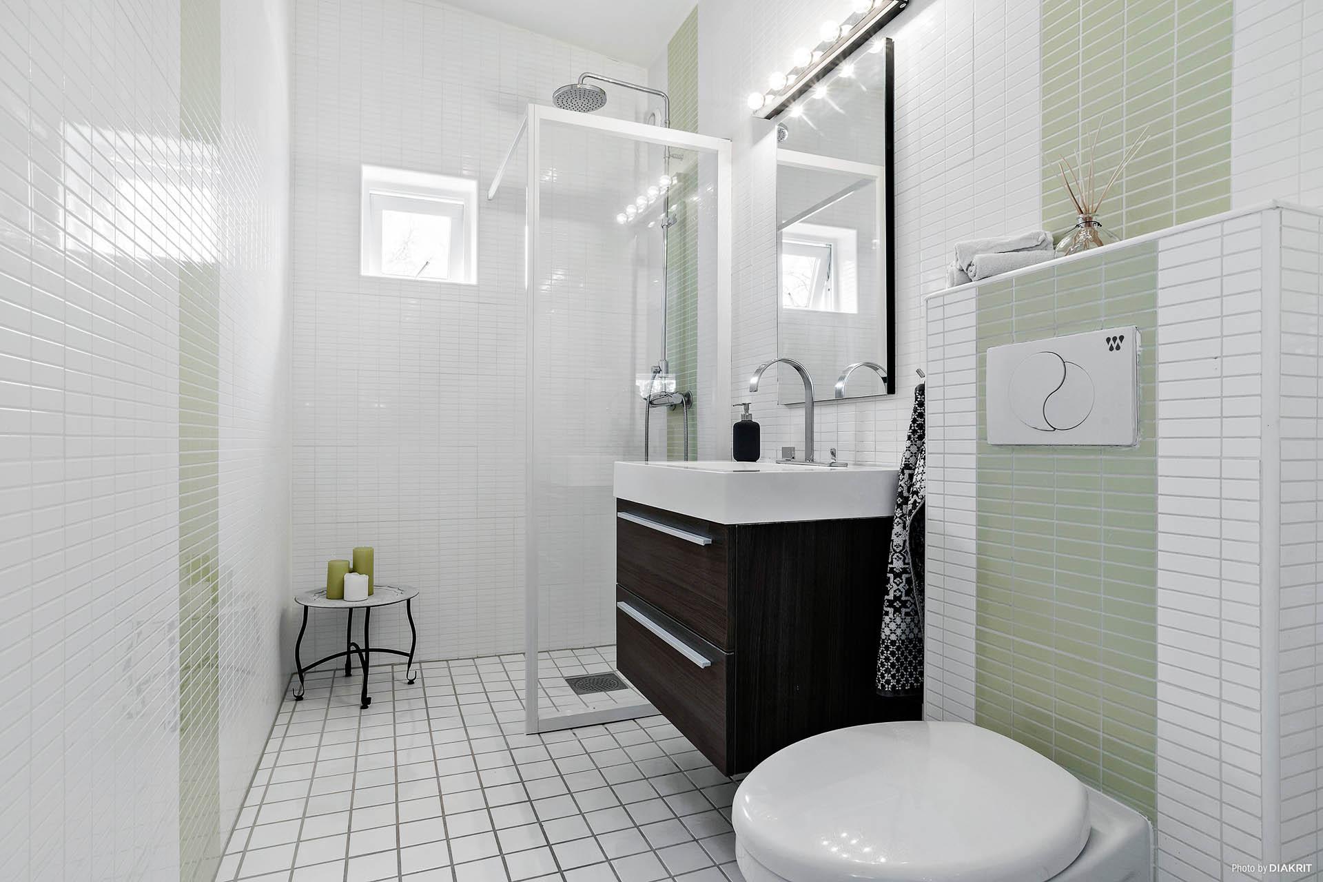 Helkaklat badrum på övre plan