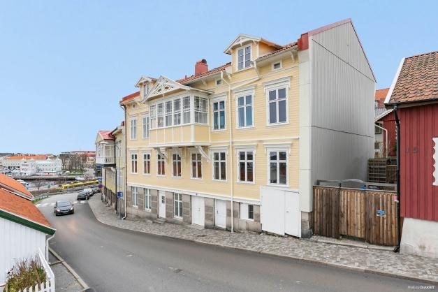 Lägenheten är placerad vid de två fönstrena till höger i bilden.
