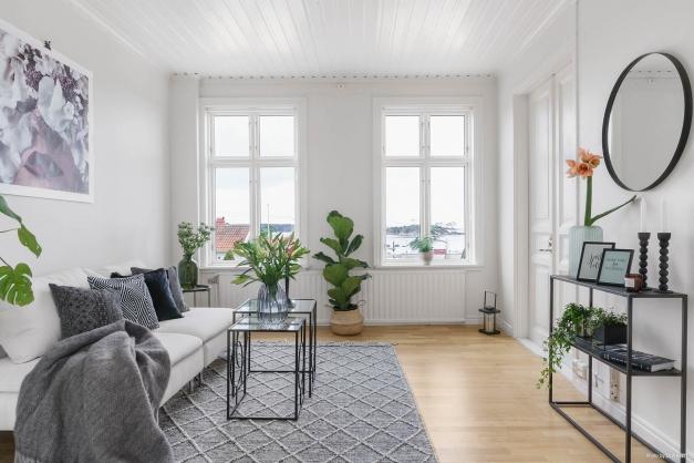 Charmigt vardagsrum med utsikt