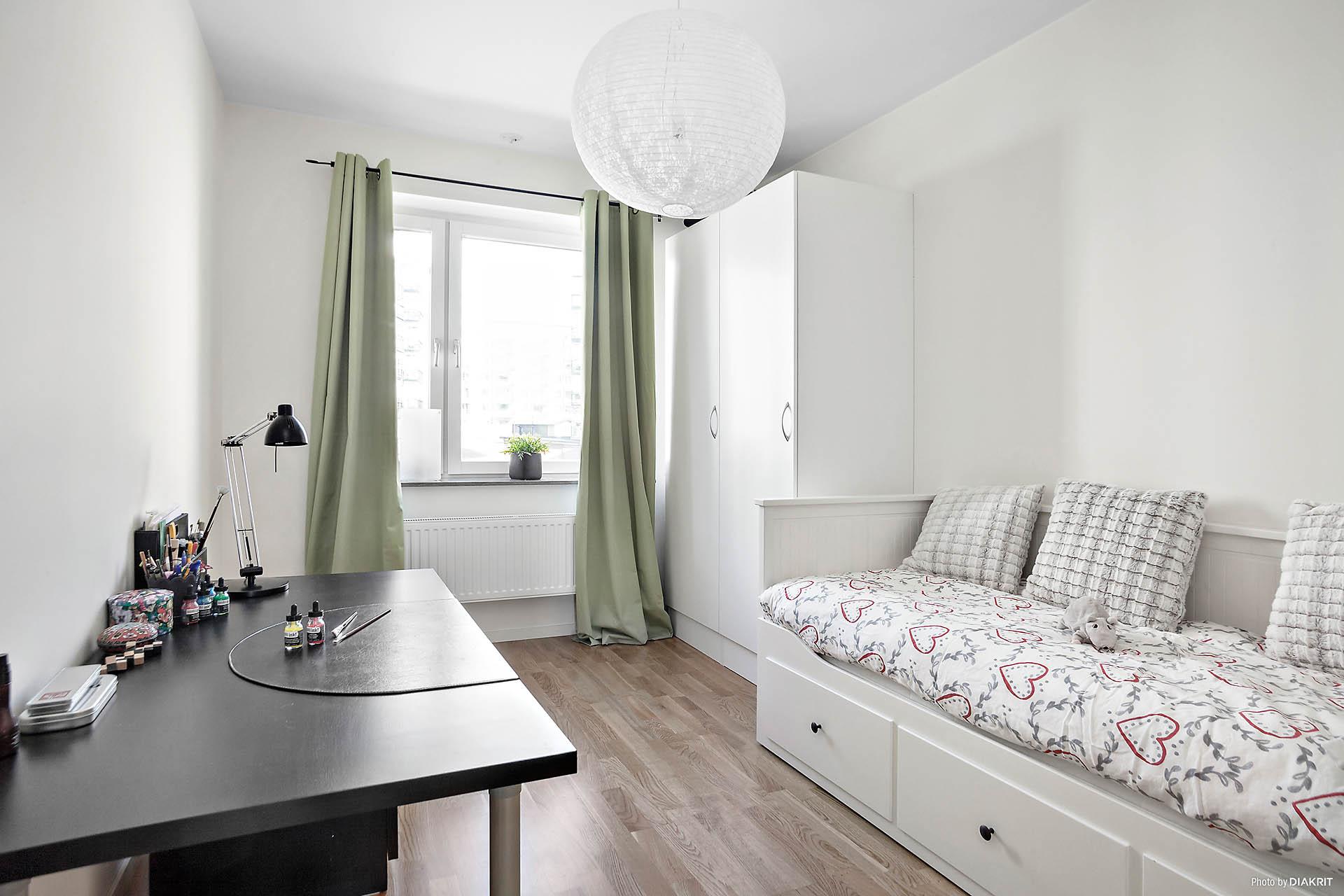 Ljust sovrum med garderobsskåp