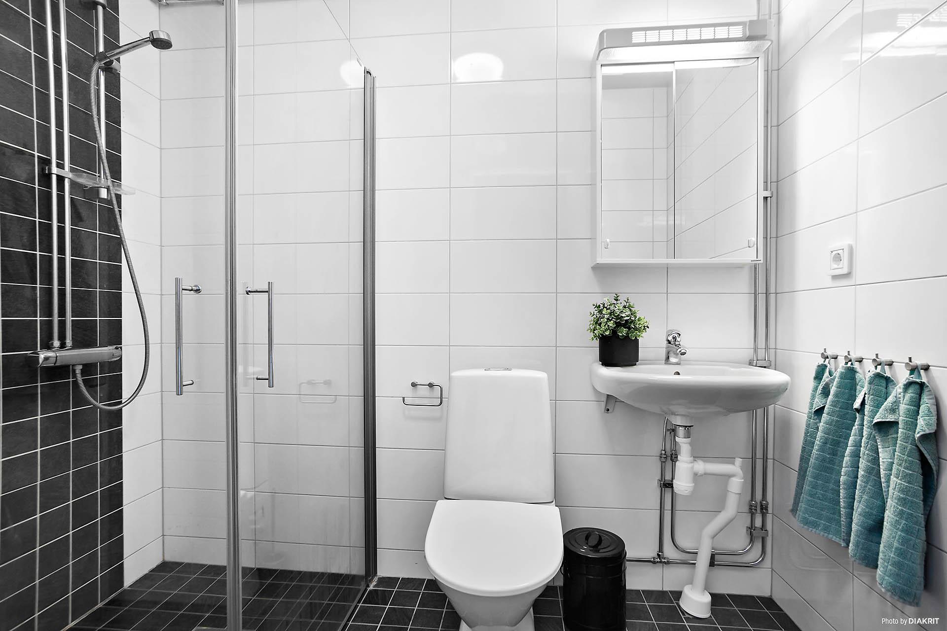 Helkaklat badrum med golvvärme på våningsplan