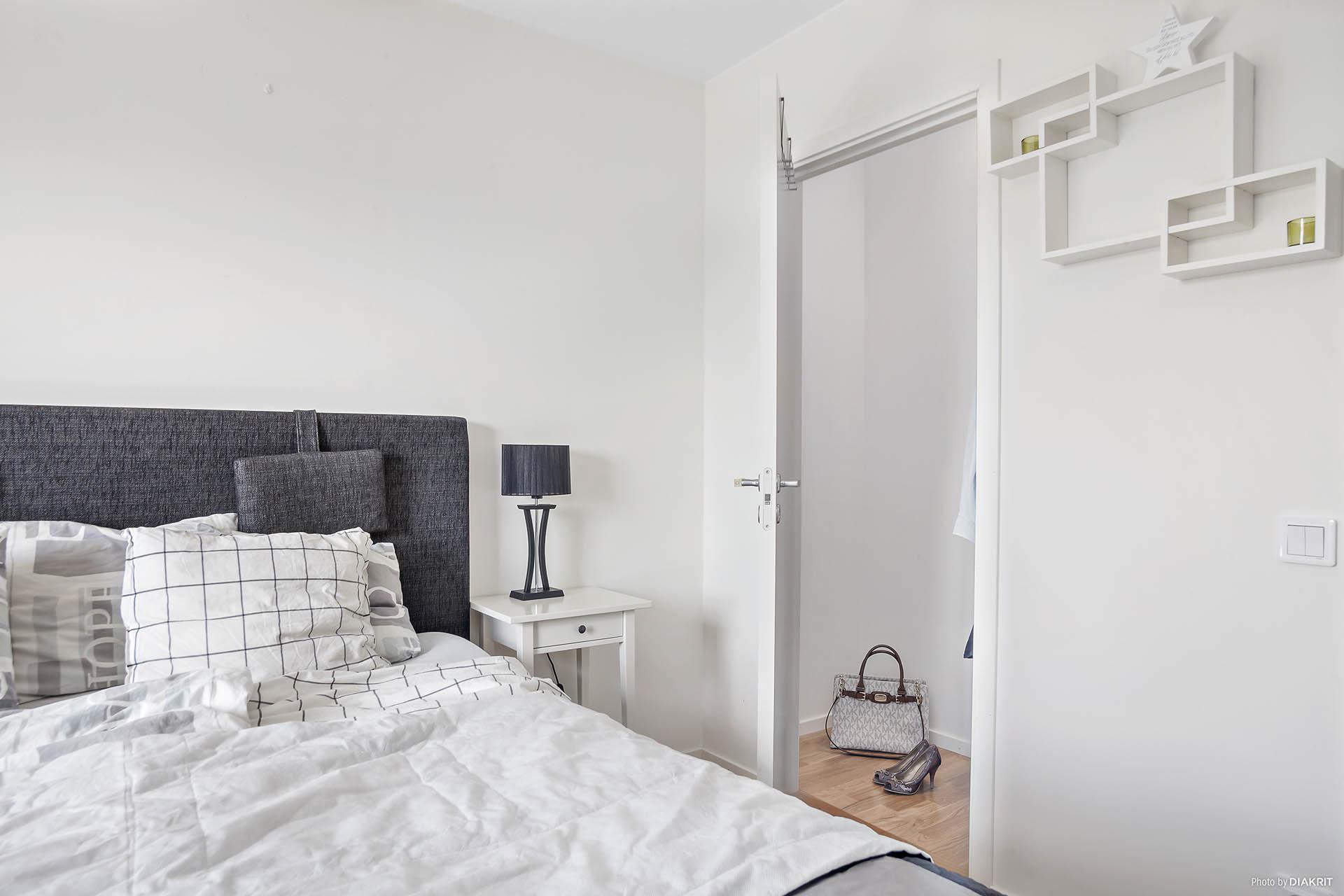Rymlig klädkammare med access från sovrum