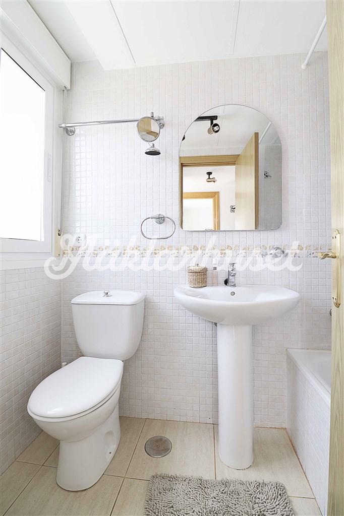 Badrum 1 med WC, tvättställ och badkar.