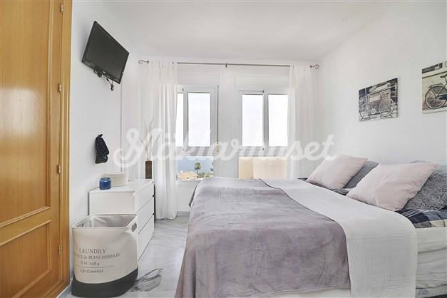 Sovrum 1 är rymligt och har inbyggda garderober och fin havsutsikt.