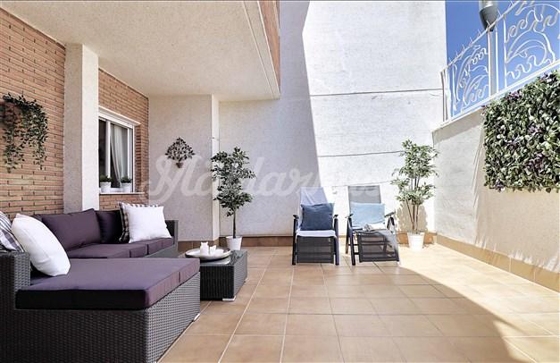 Terrass 2. Stor uteplats där det finns gott om plats för både loungesoffa och solstolar