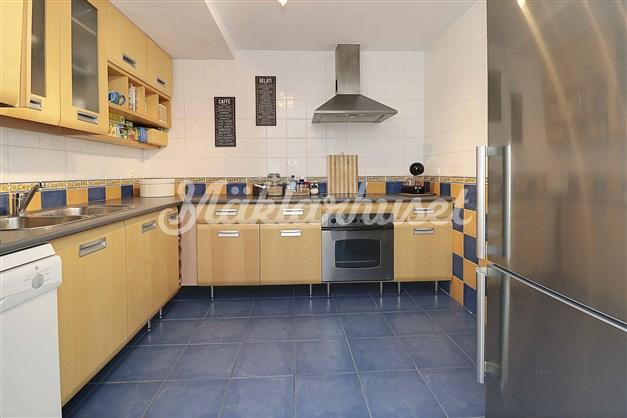 Fint modernt kök intill vardagsrummet. Ny kyl/frys!