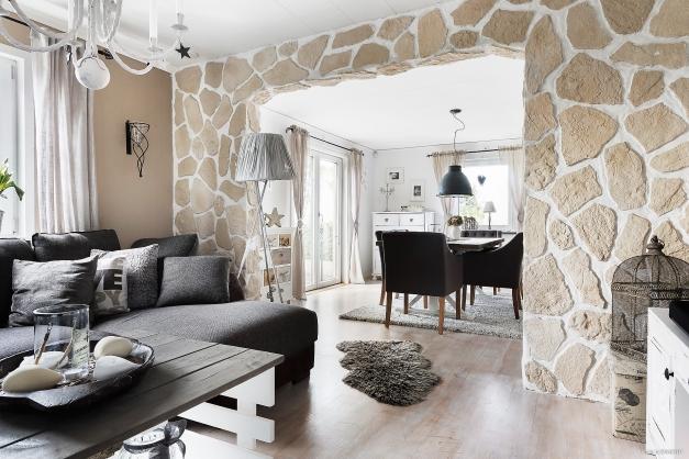 Vardagsrum samt matplats. Två rum i fil med en stenvägg med valv som avgränsar rummen från varandra