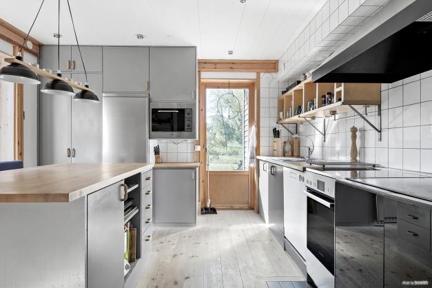 Mer av köket med modern men varm avskalad känsla