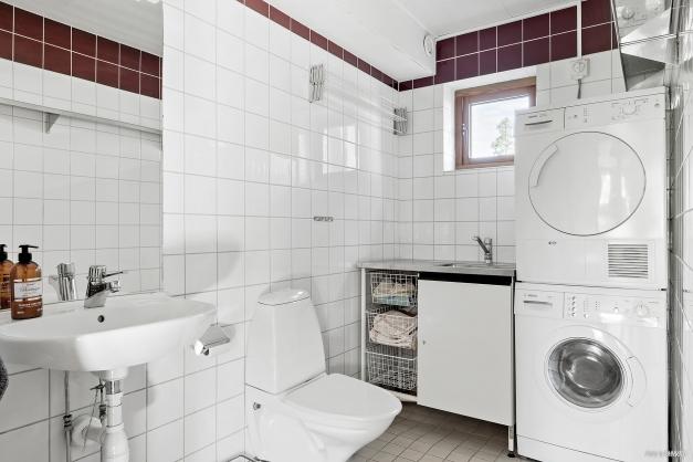 Badrum kombinerat med tvättstuga i entréplan