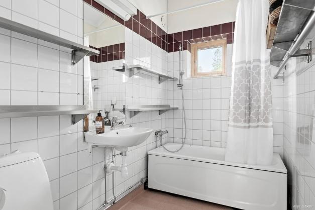 Badrum med badkar på övre plan