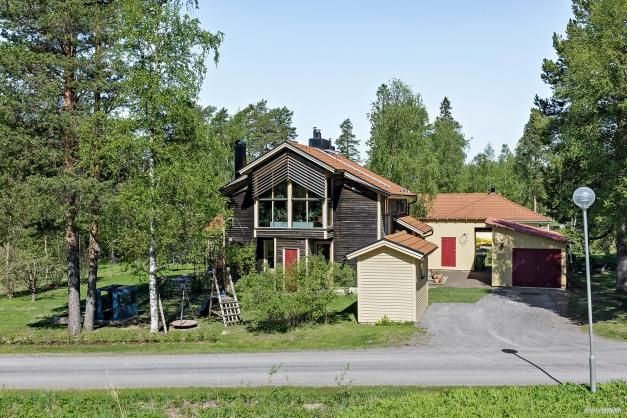 Fastigheten från Brunkullas väg med redskapsbod/vedbod samt bra förråd, snickarrum och även ett övernattningsrum i länga på tomten. Garage