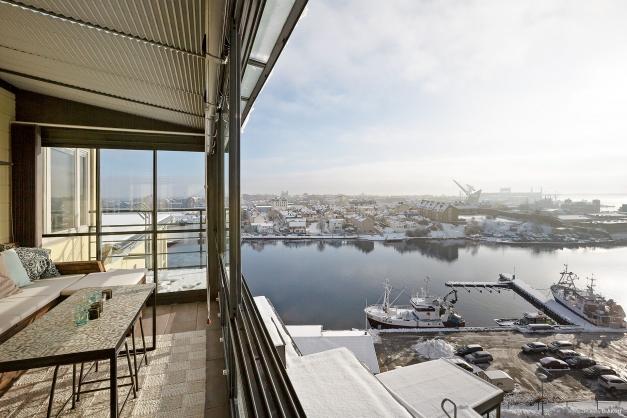 Inglasad balkong i söder med utsikt över Björkholmen varvet och Saltösund