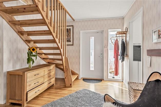 Välkommen in! Här går trappan upp till den oinredda vinden
