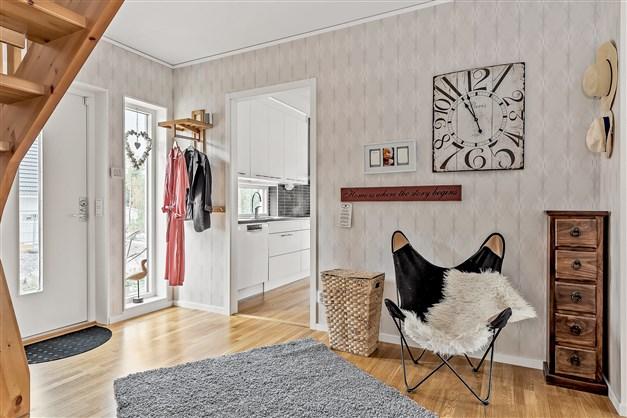 Rymlig hall med plats att möblera