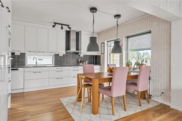 Matplats vid fönstret mellan kök och vardagsrum