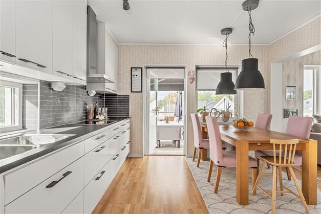 Köket är både praktiskt och snyggt inrett