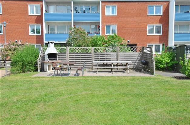 Gemensam grill-/uteplats och lekplats nära lägenheten!