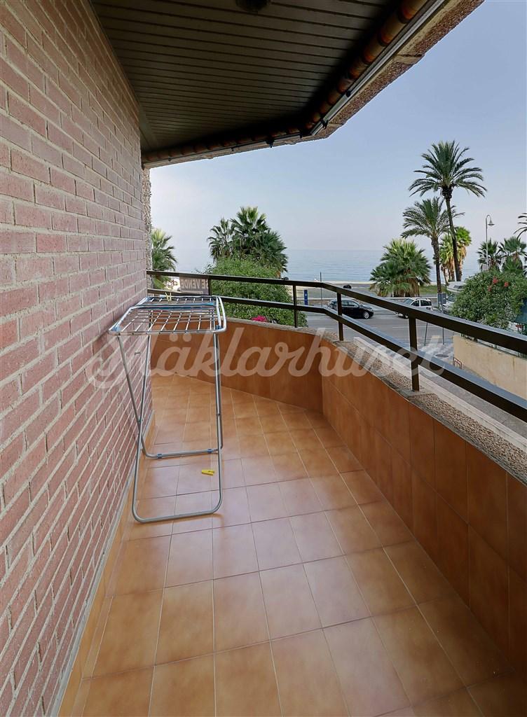 Terrassen sträcker sig runt husknuten