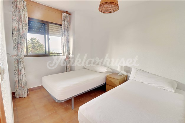 Alla tre sovrum har utsikt, inbyggda garderober och plats för två sängar